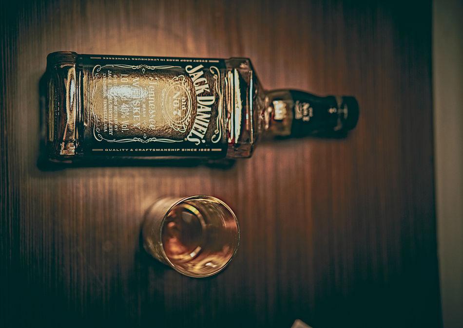 botella de jack daniels y vaso