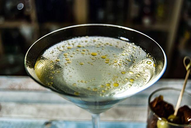 copa de vermut blanco con aceituna
