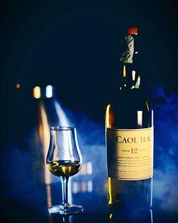 vaso de whisky con botella Caol-Ila