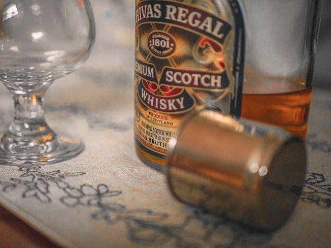 botella de whisky chivas